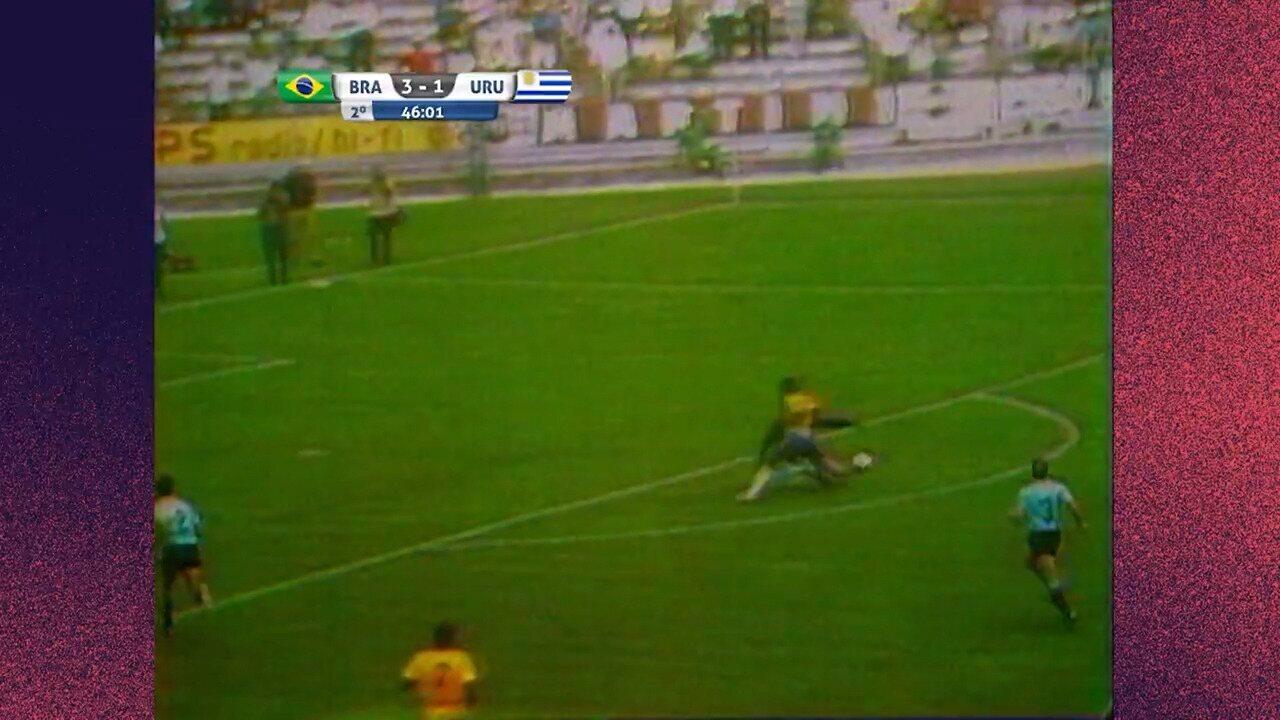 Pelé dribla goleiro do Uruguai com corpo e quase faz golaço