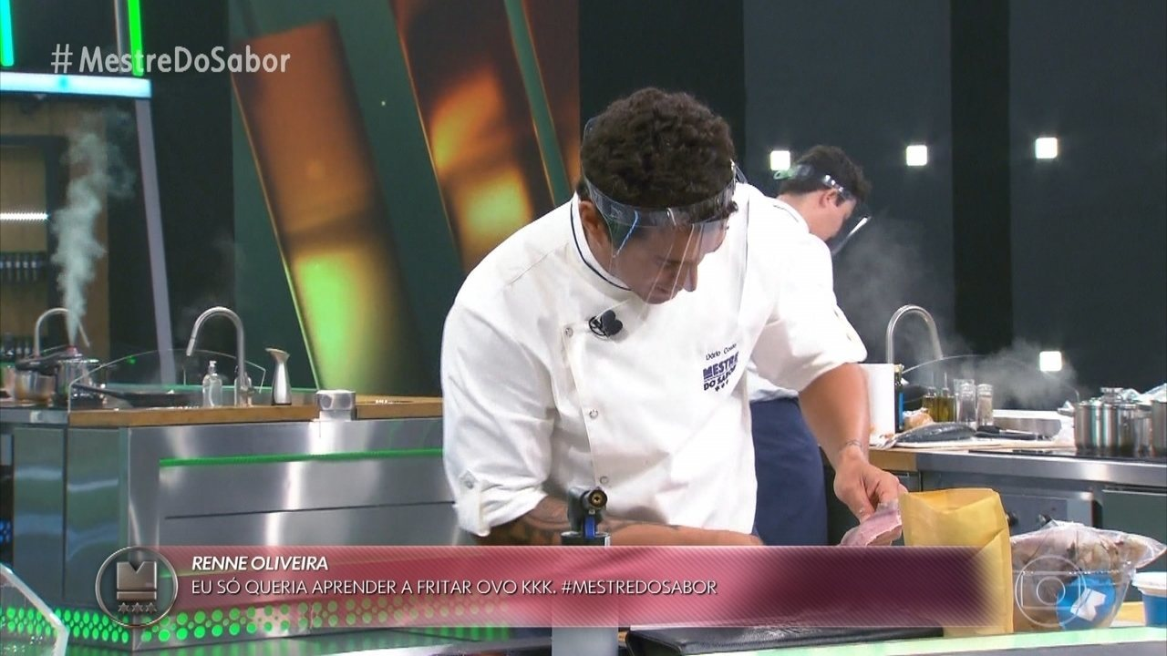 Chefs preparam o prato principal