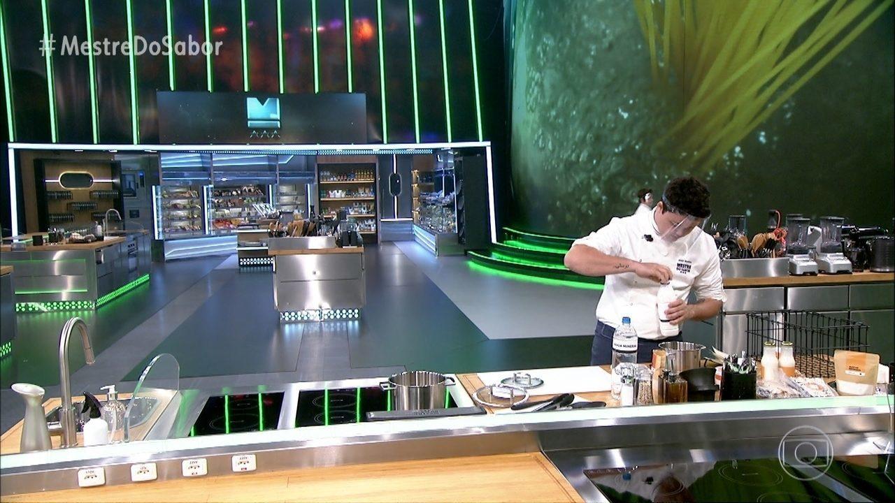 Chefs preparam as sobremesas do menu