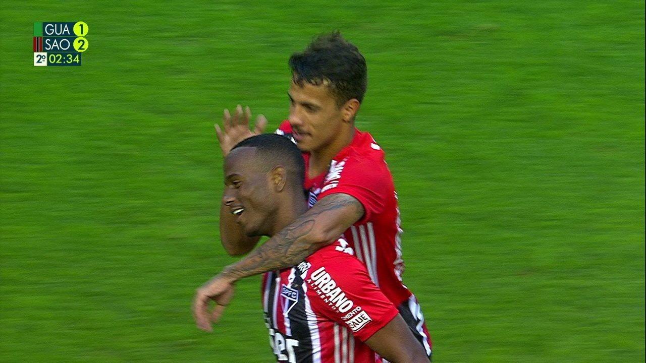 Gol do São Paulo! Após pressão, a bola sobra para Helinho bater rasteiro aos 2 do 2º tempo