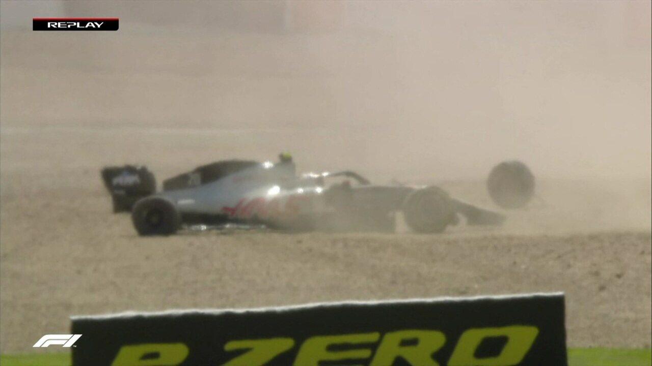Alexander Albon toca em Kevin Magnussen, que abandona o GP da Inglaterra
