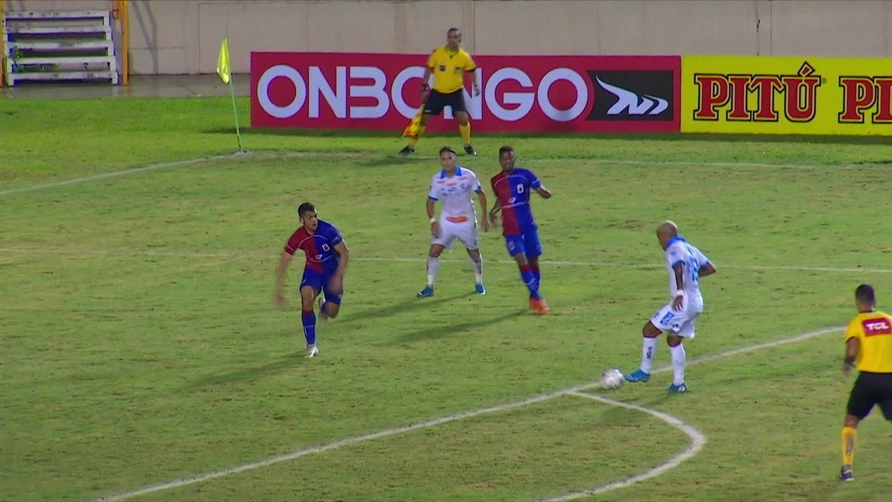 Gustavo fez um gol pelo Paraná contra o Confiança-SE na Série B