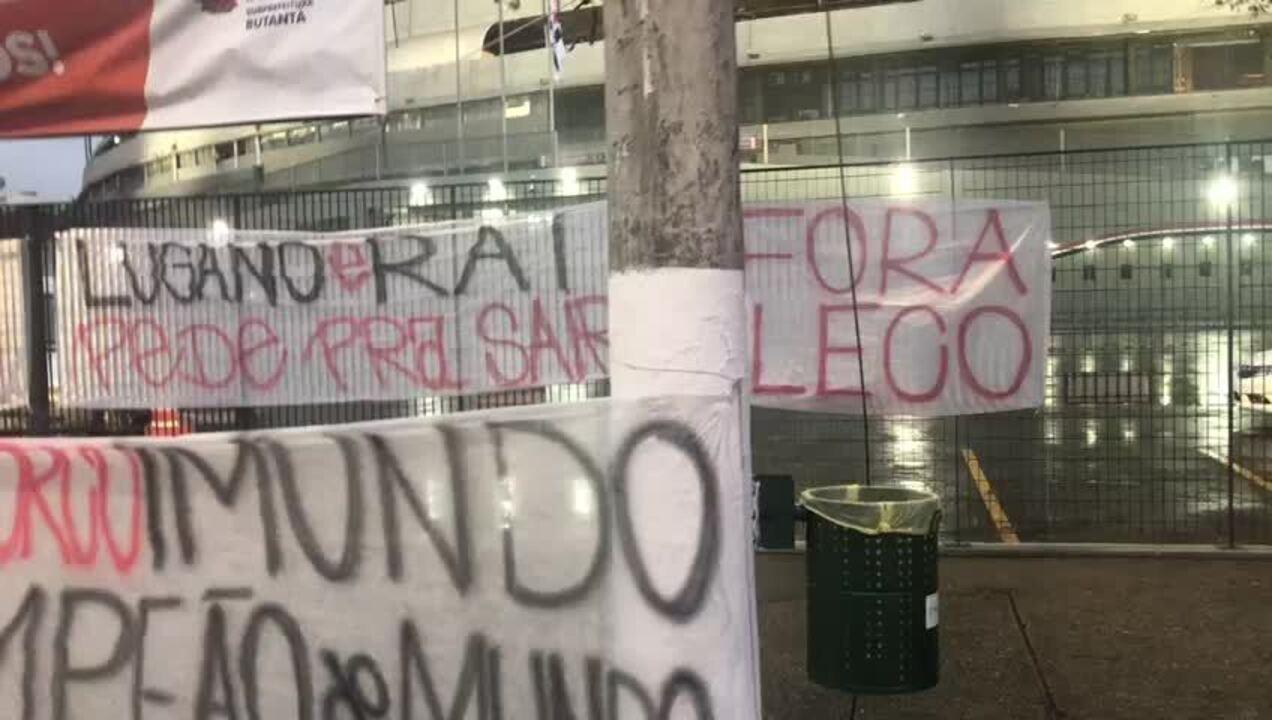 Torcida do São Paulo faz protesto em frente ao Morumbi