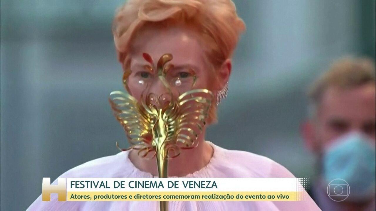 Celebridades desfilam de máscara no tapete vermelho do Festival de Veneza