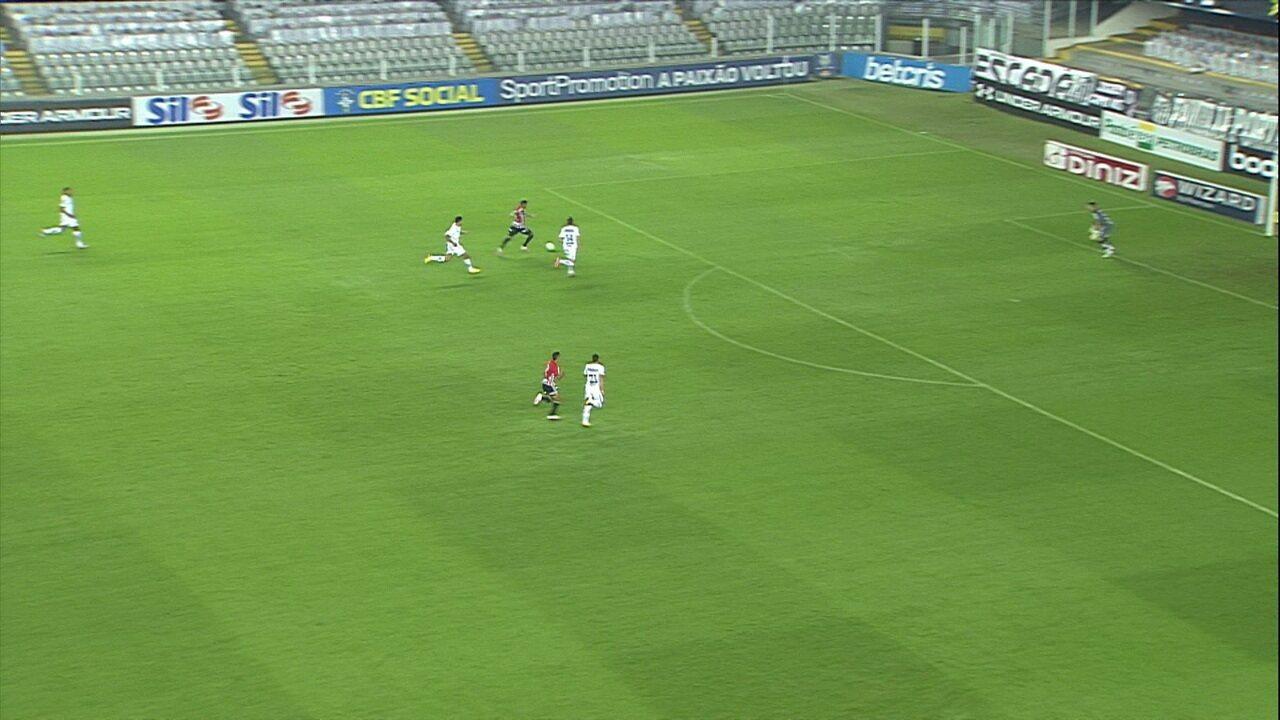 Reinaldo avança com a bola e bate para boa defesa de João Paulo, aos 6' do 1T