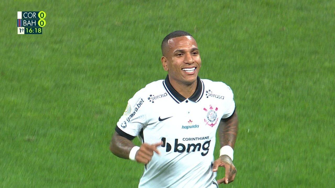 Gol do Corinthians! Otero chuta, a bola é desviada e engana Douglas, aos 16 do 1ºT