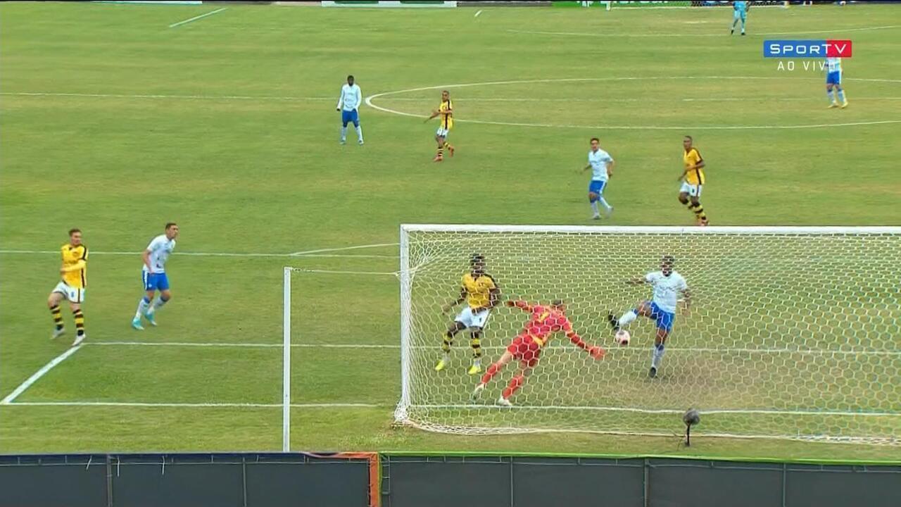 Gol do São Bento! Moisés Jr. falha e Bambam toca para o gol, aos 16 do 1º Tempo