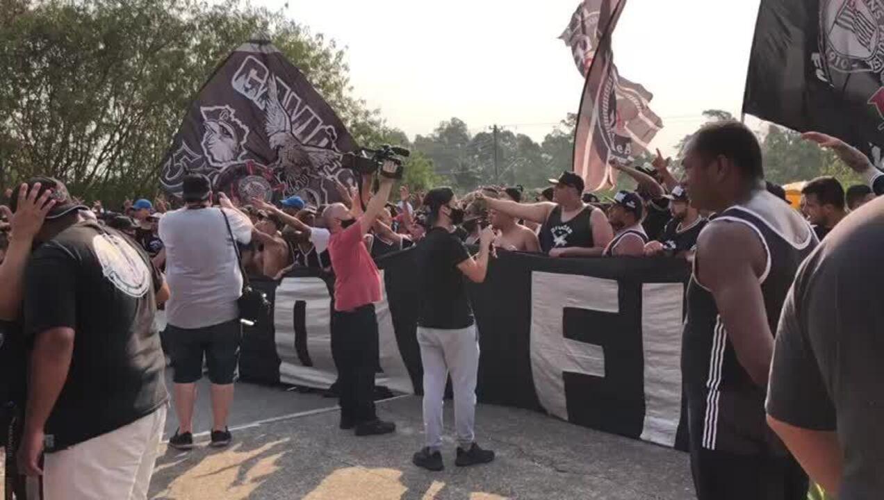 Torcedores do Corinthians chamam jogadores do elenco de covardes e pedem vontade