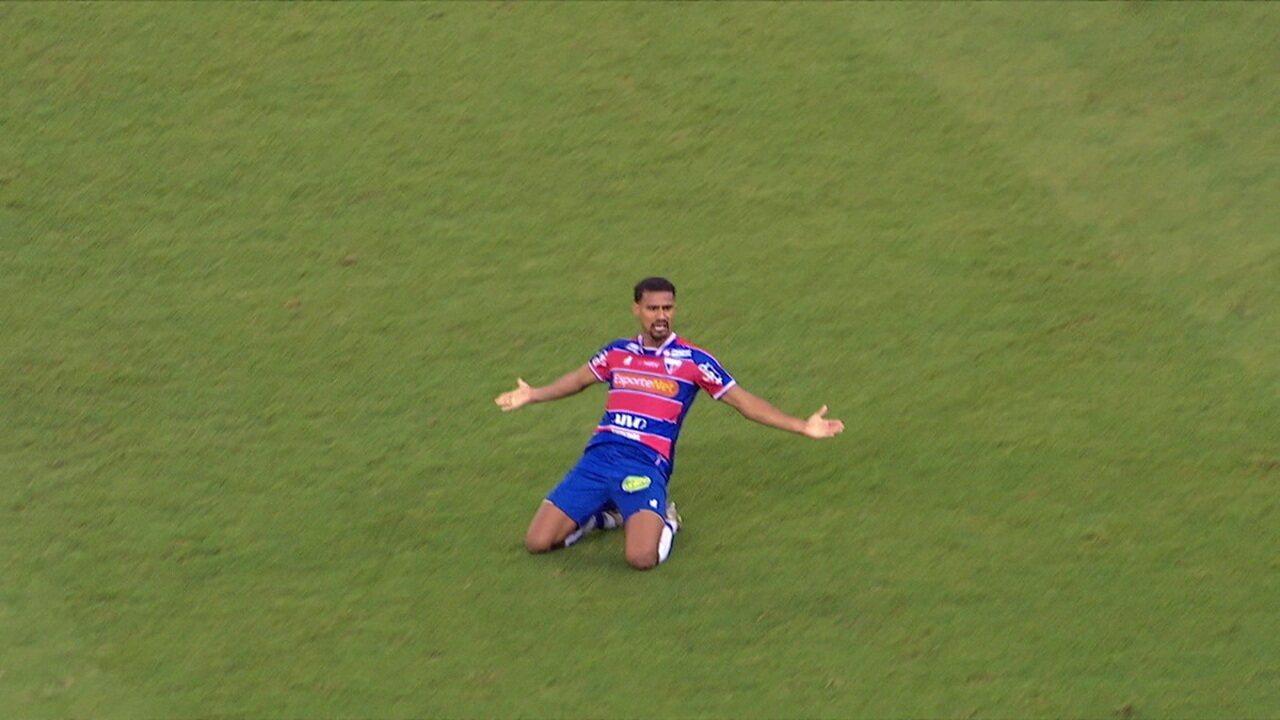 Gol do Fortaleza! Gabriel Dias aproveita cruzamento e cabeceia, aos 19 do 2ºT