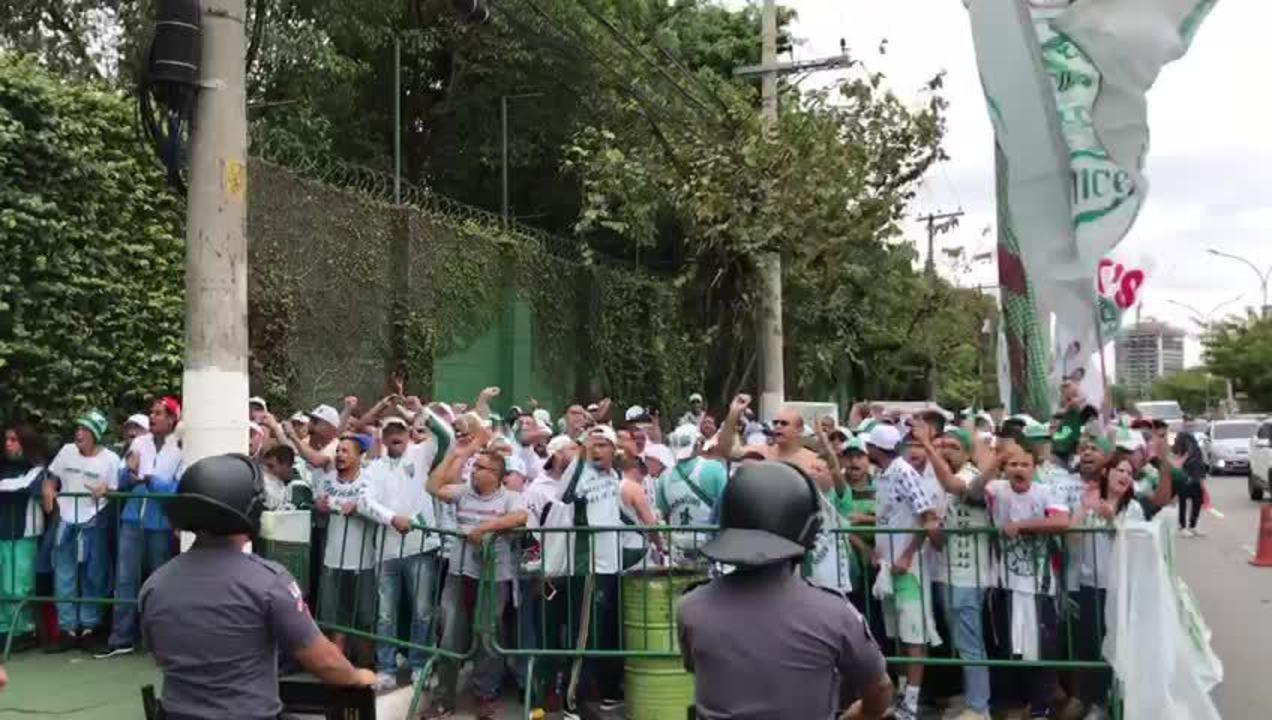 Torcedores do Palmeiras gritam contra Felipe Melo em protesto