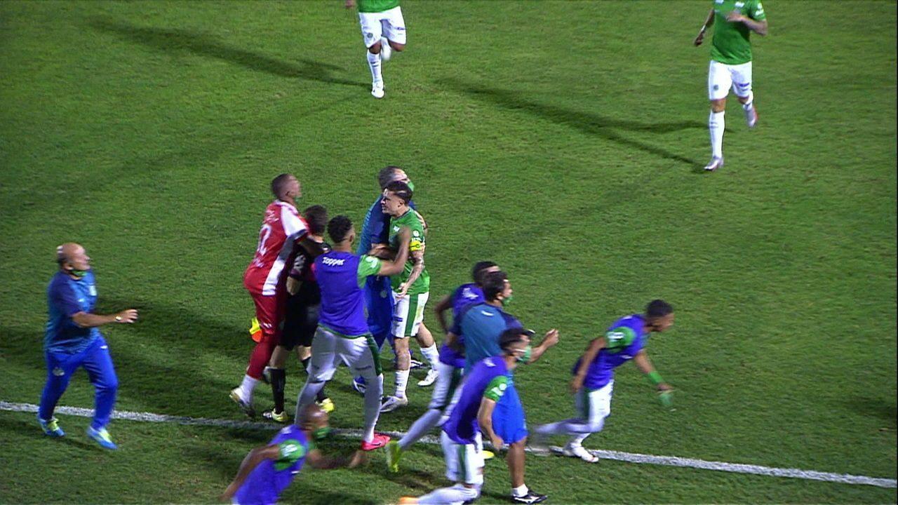 Tá valendo! Jogador do Guarani abraça o bandeira pra comemorar gol contra o Avaí