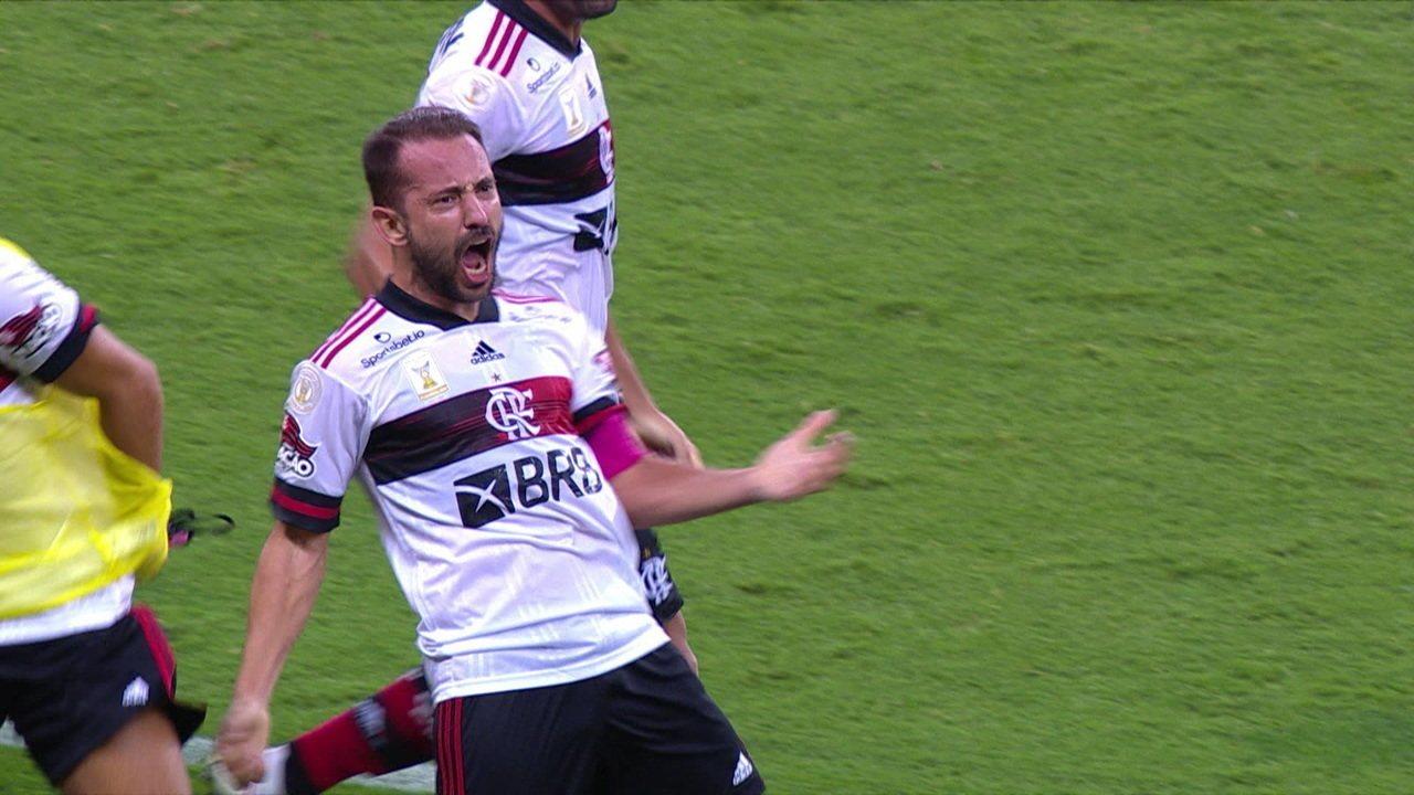 Gol do Flamengo! Gerson levanta bola na área, e Everton desvia de cabeça para deixar tudo igual, aos 49 do 2º tempo