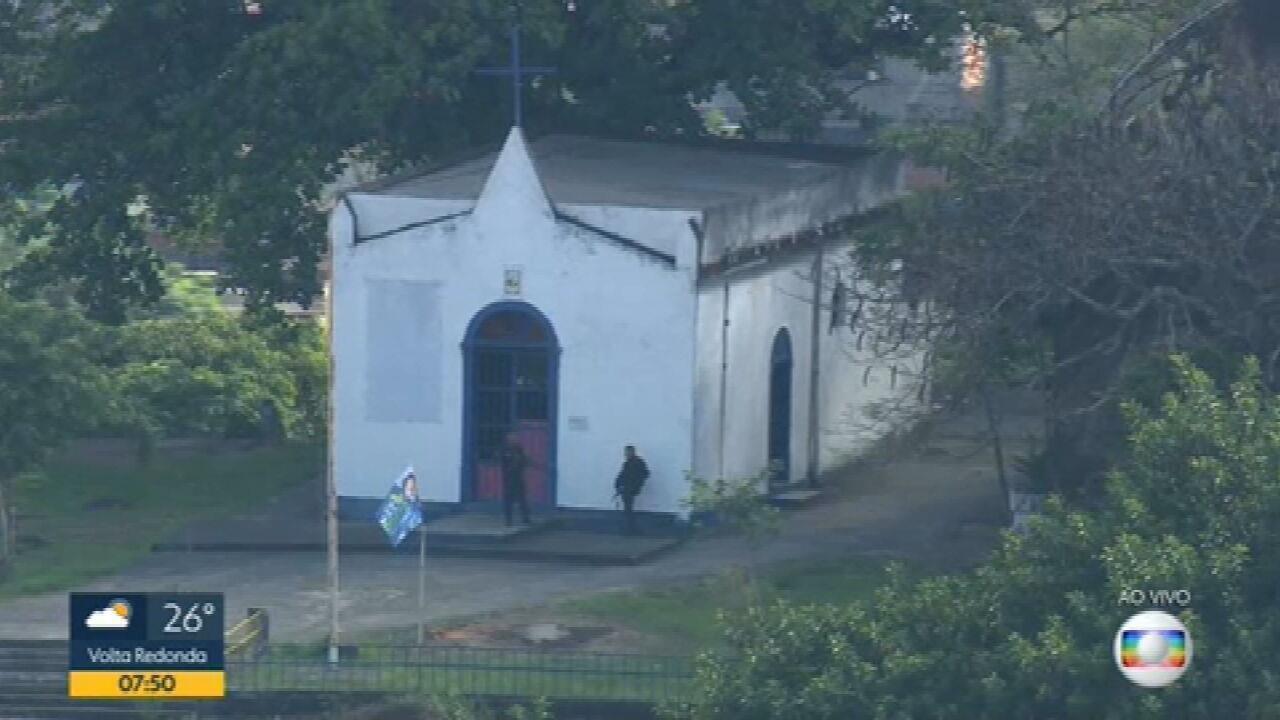 Morro da Serrinha tem movimentação de policiais na manhã desta terça (27)