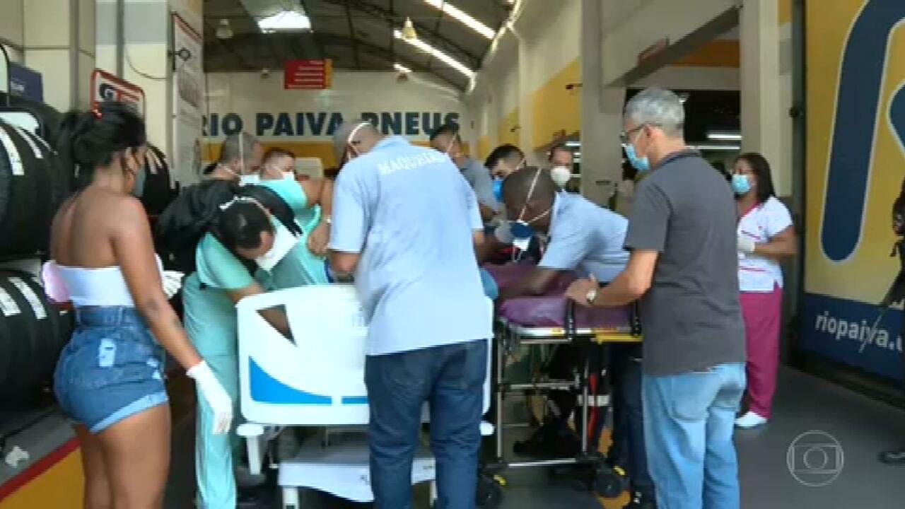 Pacientes resgatados do Hospital De Bonsucesso são levados para borracharia