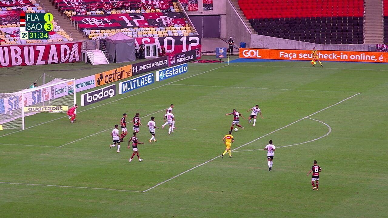 Bruno Henrique toca para João Gomes, que acerta a trave, aos 31' do 2º Tempo