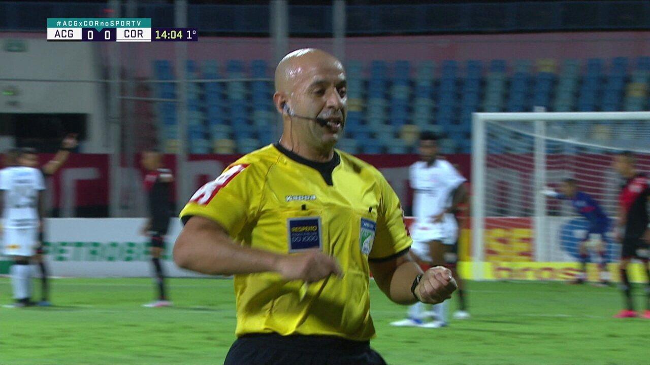 Dentes de Otero caem após trombada e o árbitro recolhe