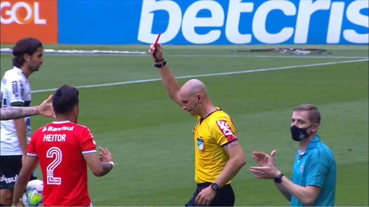 Expulso! Após consultar o VAR, árbitro dá o vermelho para Heitor por pisão na coxa de Robson, aos 7 do 2º tempo