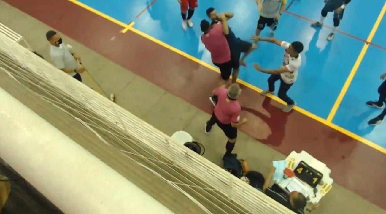 Piauiense de futsal tem confusão; goleiro agride árbitro e é derrubado pelo pescoço