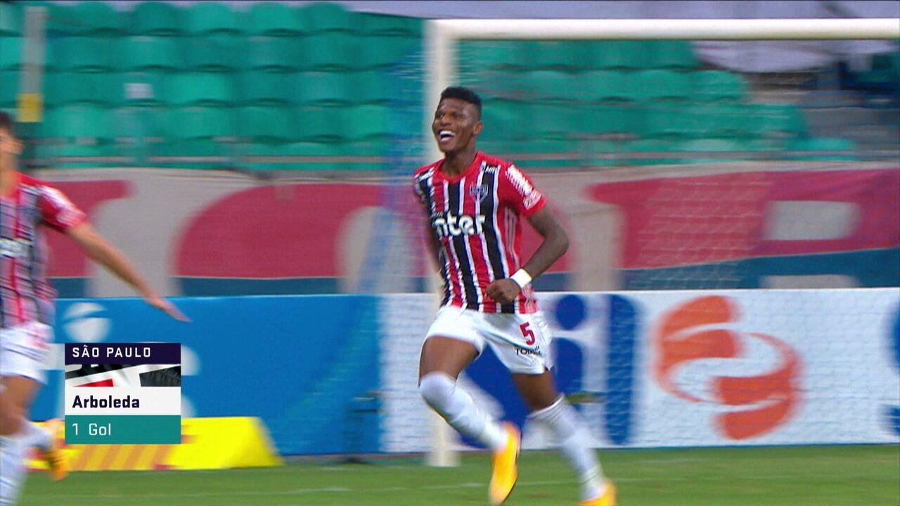 Gol do São Paulo! Reinaldo cruza na cabeça de Arboleda, que sobe mais que a zaga e marca, aos 20 do 2º tempo