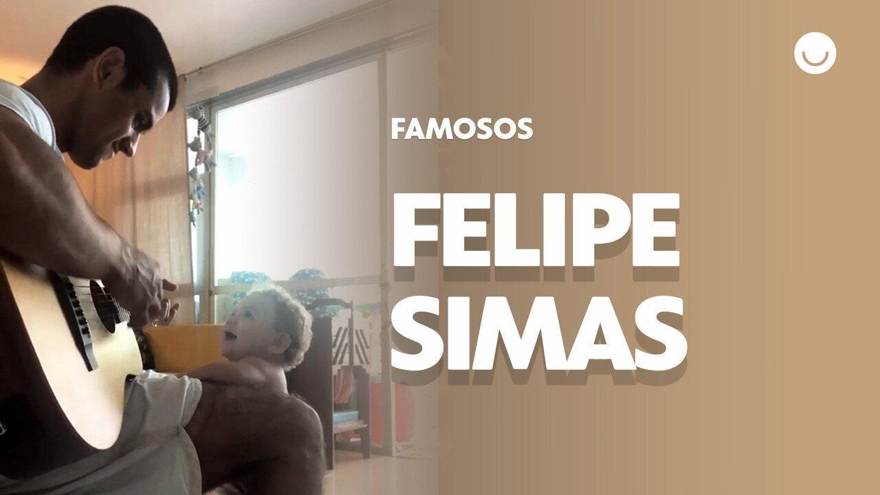 Felipe Simas toca violão para o filho caçula