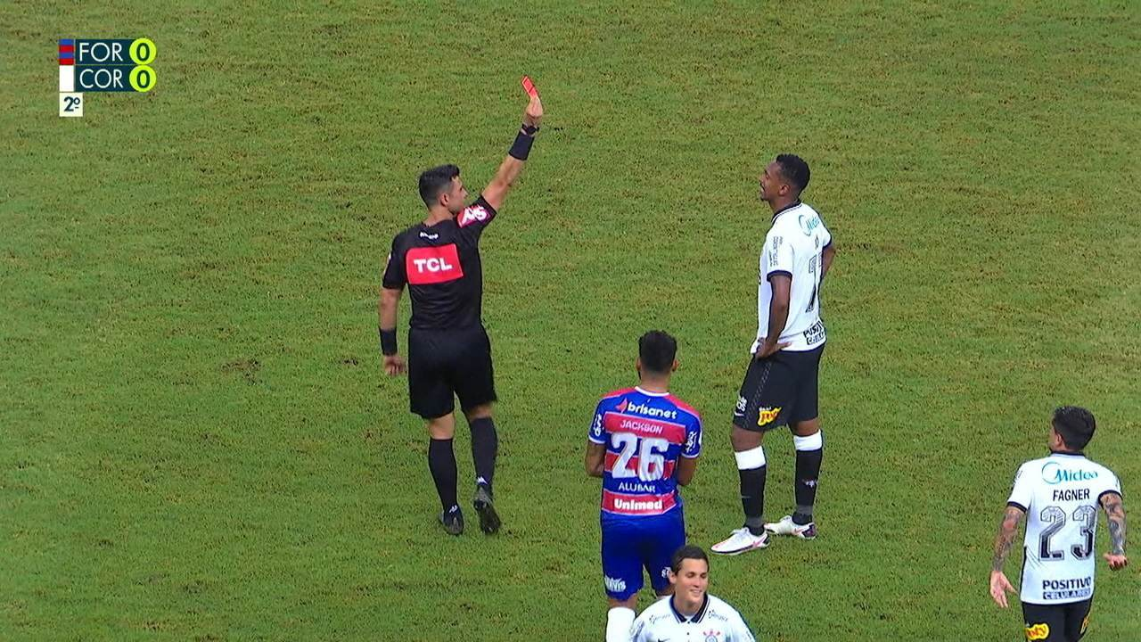 Expulso! Jô atinge Felipe com braço e, após revisão no VAR, árbitro dá o vermelho para atacante, aos 34 do 2º tempo