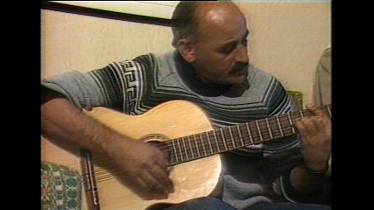 Reportagem com José Luiz Carbone, treinando o Guarani, tocando violão e recordando tempo de jogador