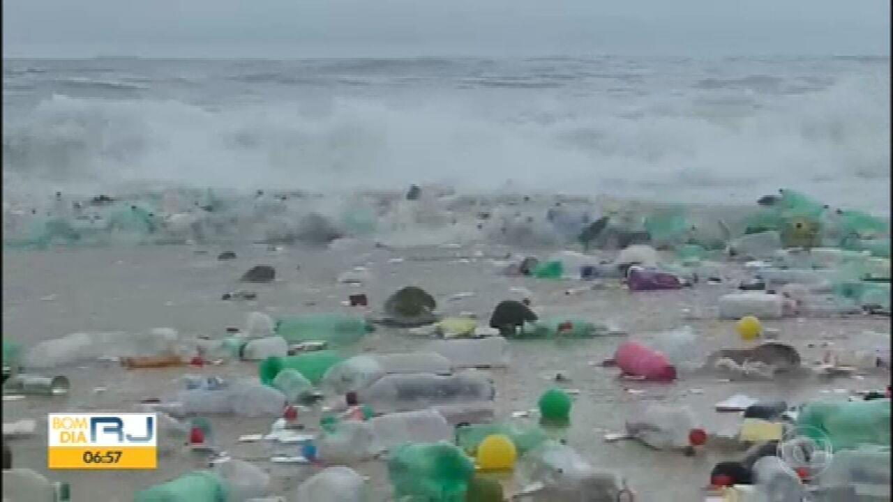 Praia de São Conrado é invadida por lixo