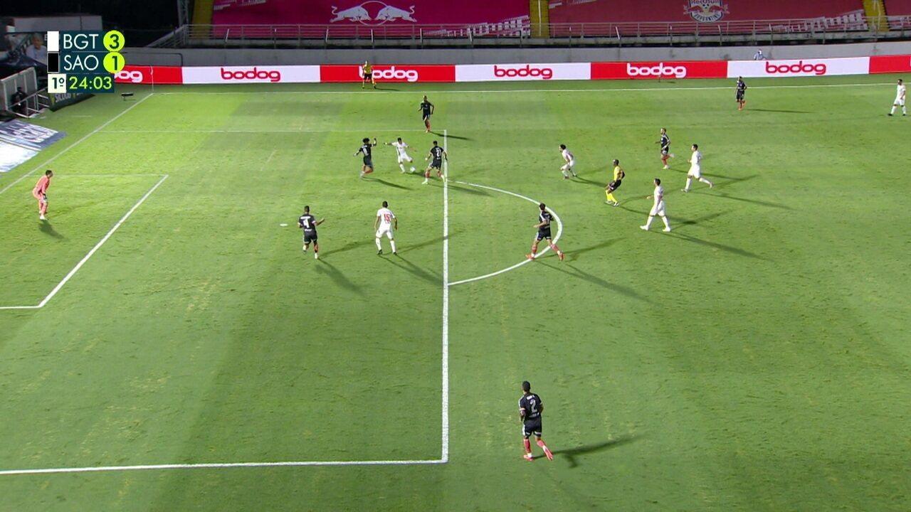São Paulo erra novamente a saída, e bola sobra para Artur, que chuta por cima, aos 23 do 1º