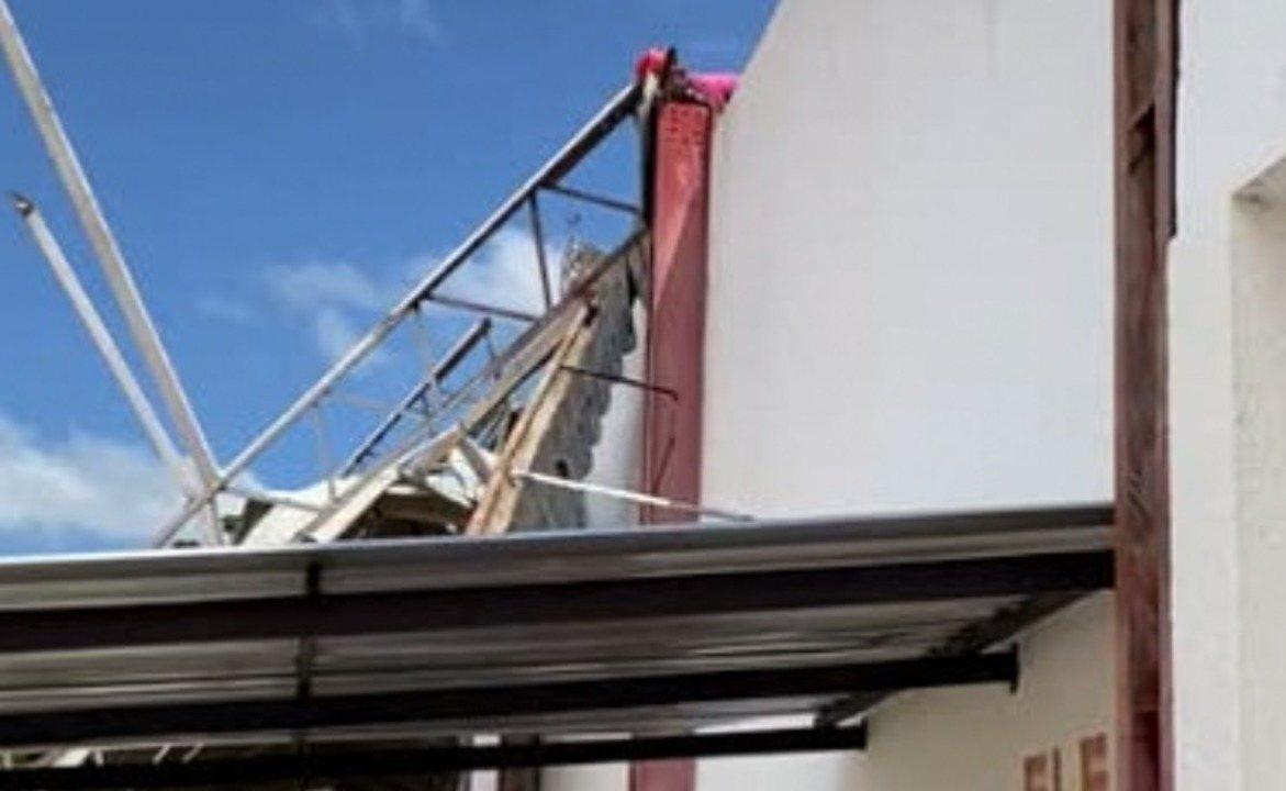 Destroços do teto da Arena Ytacoatiara são removidos