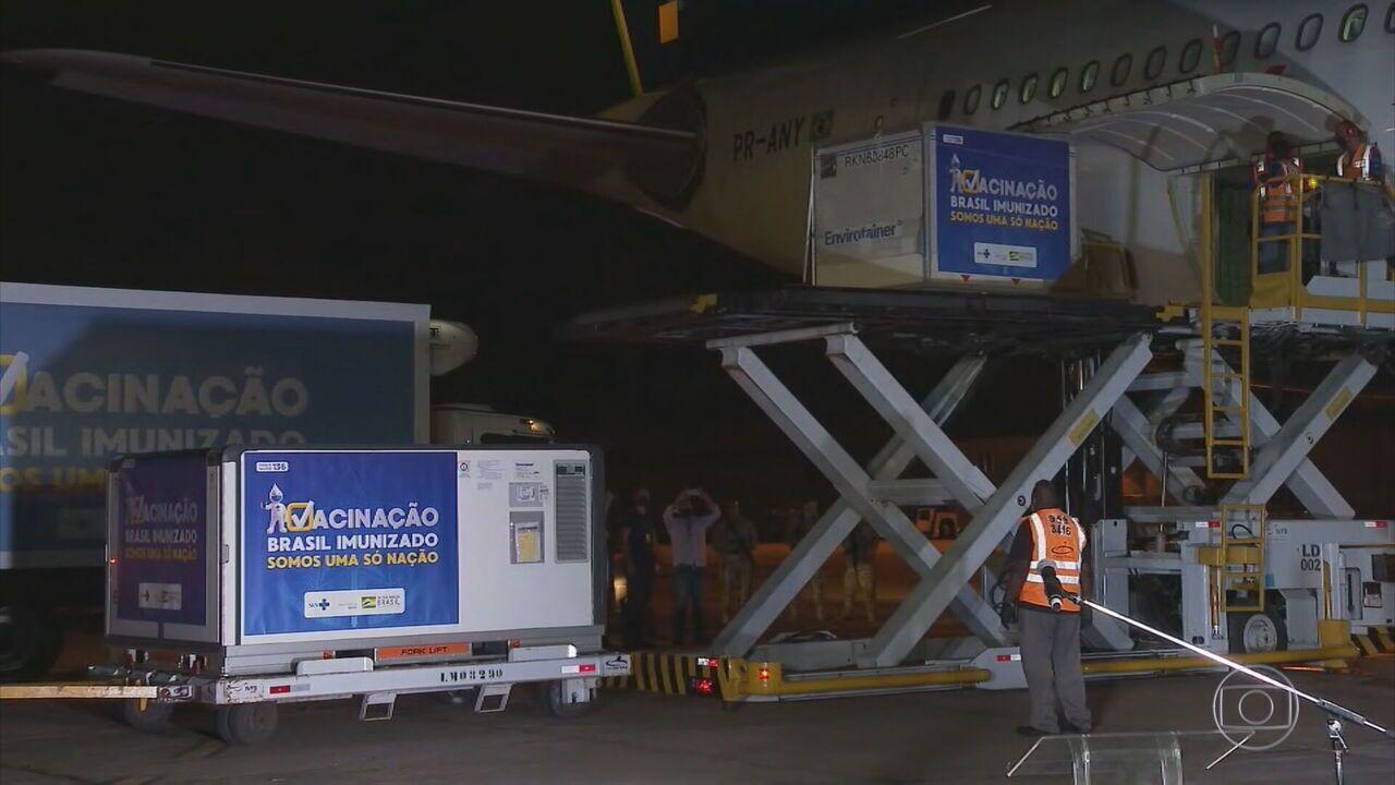 Avião com 2 milhões de doses da vacina Oxford/AstraZeneca chega ao Rio