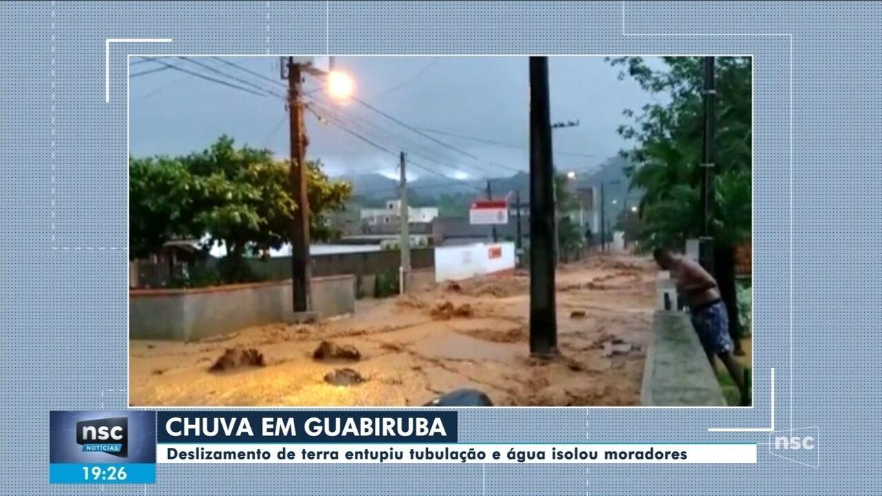 Moradores de Guabiruba ficam isolados após deslizamentos de terra