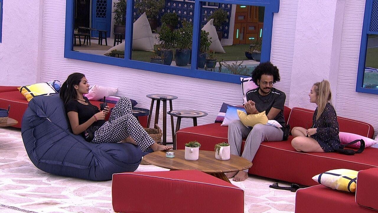 Carla Diaz, João Luiz e Pocah conversam na área externa