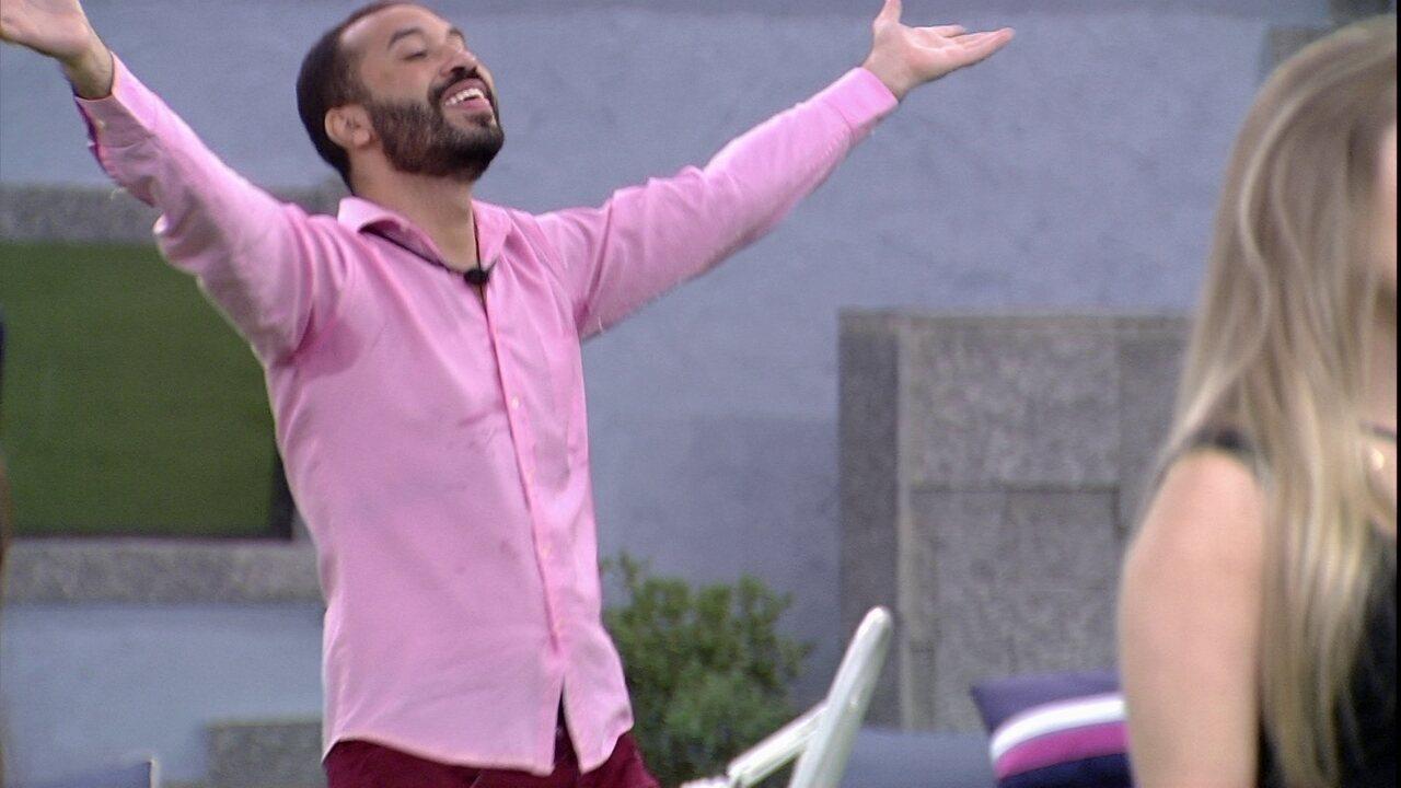 Em noite de Eliminação no BBB21, Gilberto dança música de Ariana Grande na área externa