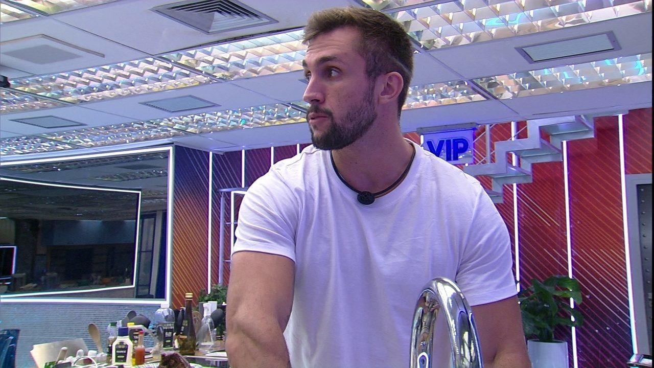 No BBB21, Fiuk e Arthur conversam sobre troca de votos