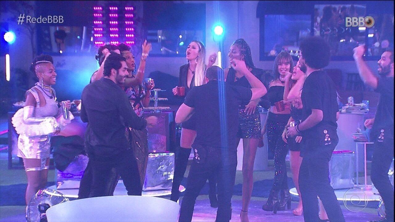 Líder Karol Conká corre para devolver look após sua festa, enquanto brothers da Xepa aproveitam os últimos petiscos