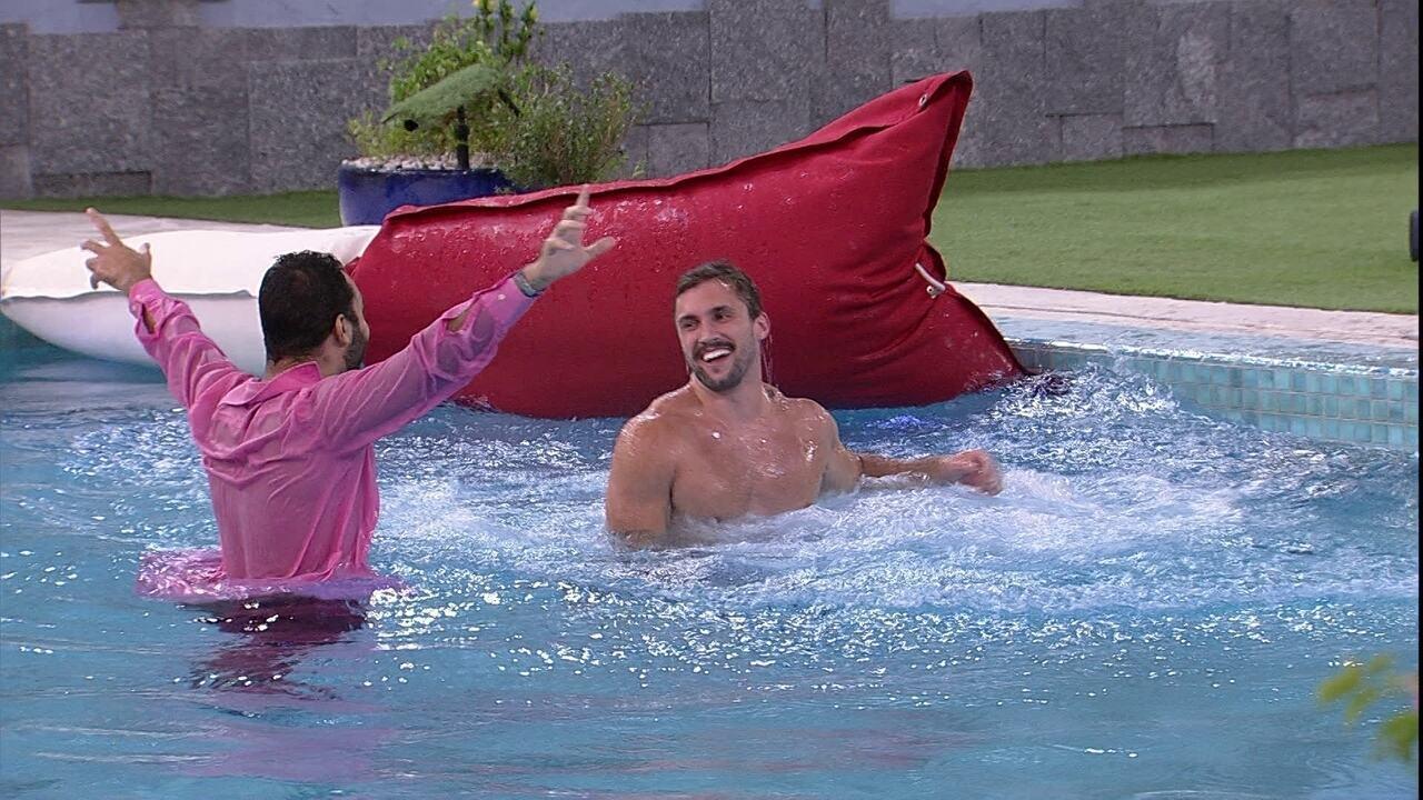 Arthur e Gilberto pulam na piscina após Eliminação de Karol Conká no BBB21