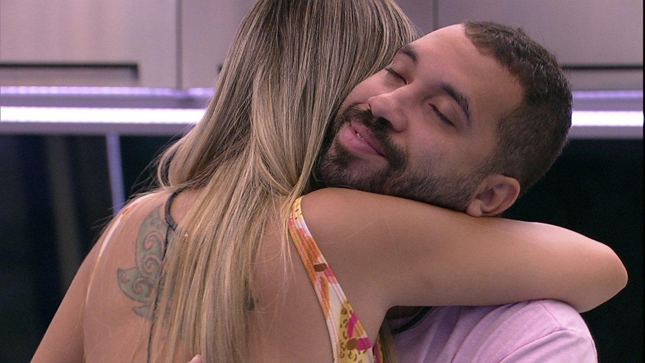 Sara abraça Gilberto após Eliminação do BBB21, e diz: 'Não vou deixar você ir embora'