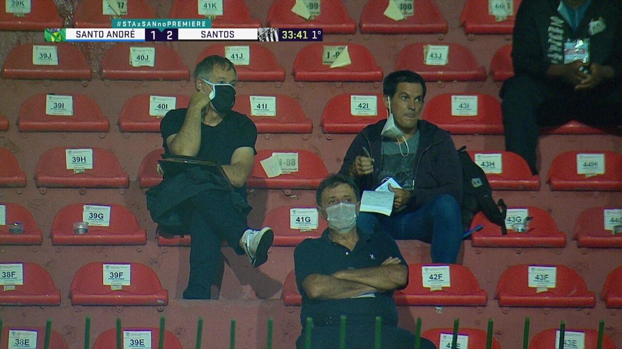 Novo treinador do Santos, Ariel Holan acompanha na arquibancada partida diante do Santo André