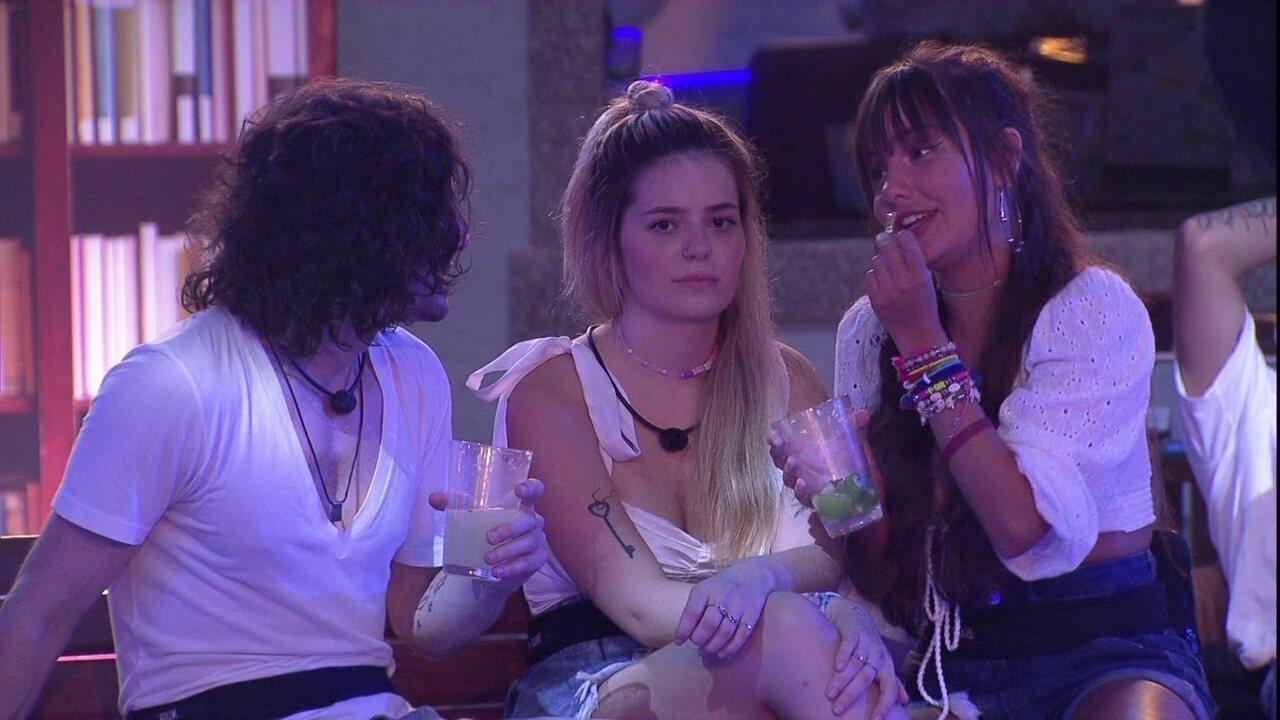 Thaís fala para Fiuk após beijo em festa no BBB21: 'A gente se beija pouco'