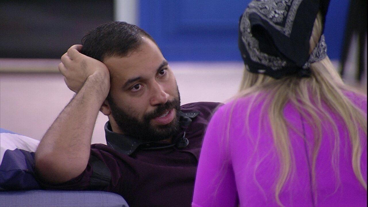 Gilberto conta para sisters que Carla Diaz chamou Arthur de oportunista, e Viih Tube diz: 'Era debochada com ele'