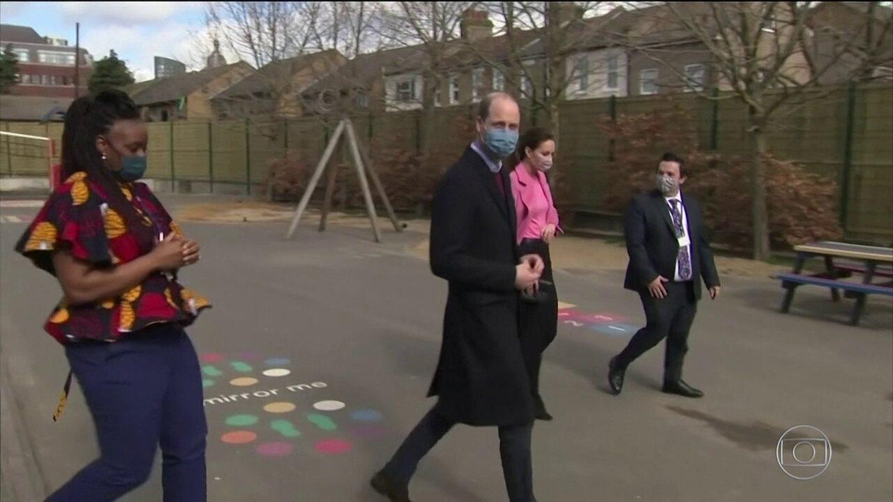 William diz que a família real britânica não é racista e que pretende conversar com Harry