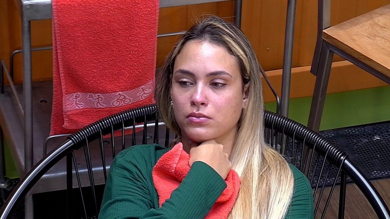 Sarah chora sozinha após conversa com sister do BBB21