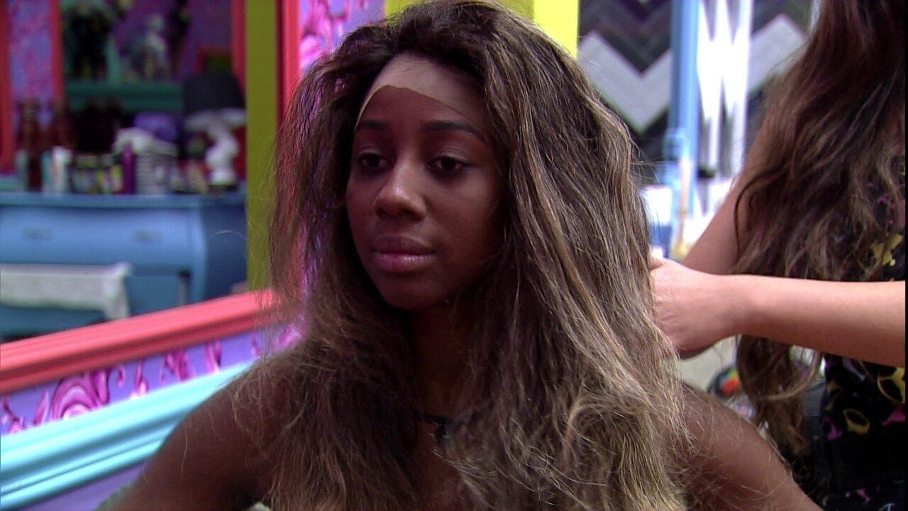No BBB21, Camilla de Lucas experimenta perucas e Juliette comenta: 'Parece Beyoncé'