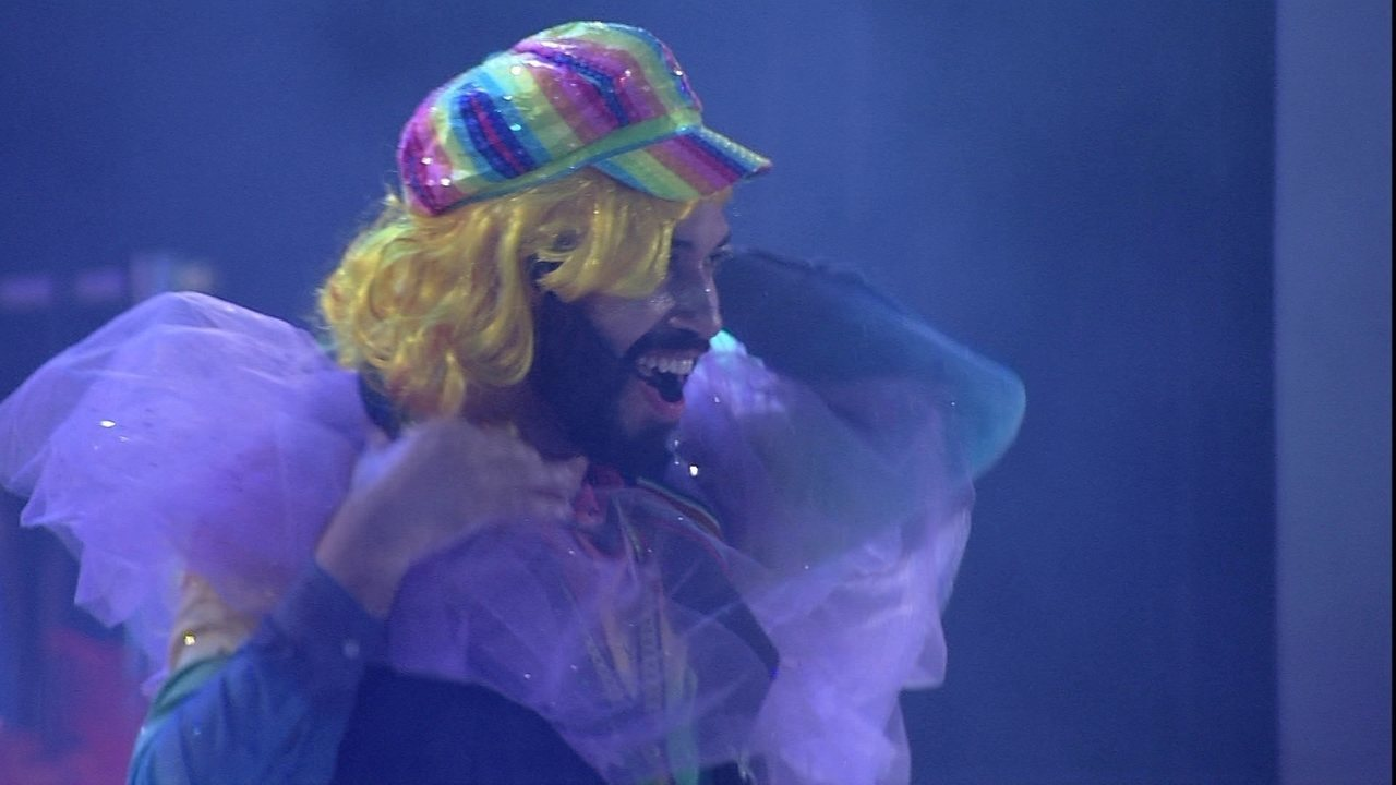 Gilberto faz performance fantasiado de Britney Spears no BBB21