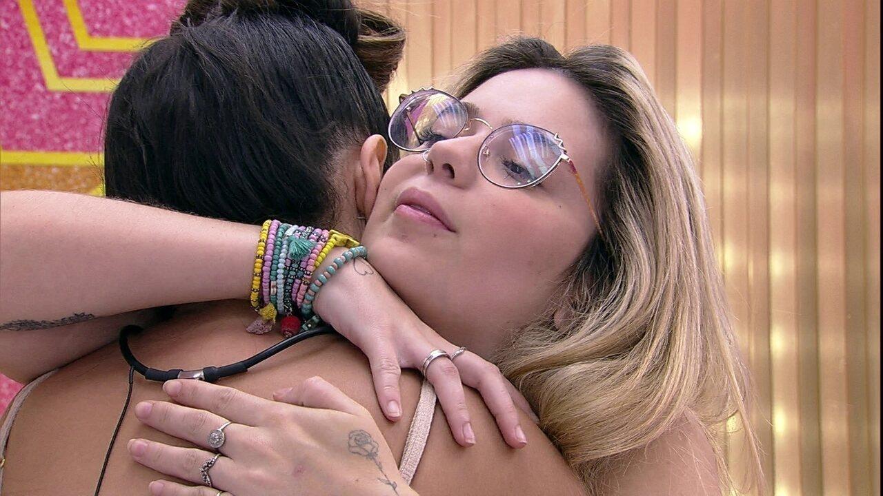Viih Tube e Juliette se abraçam