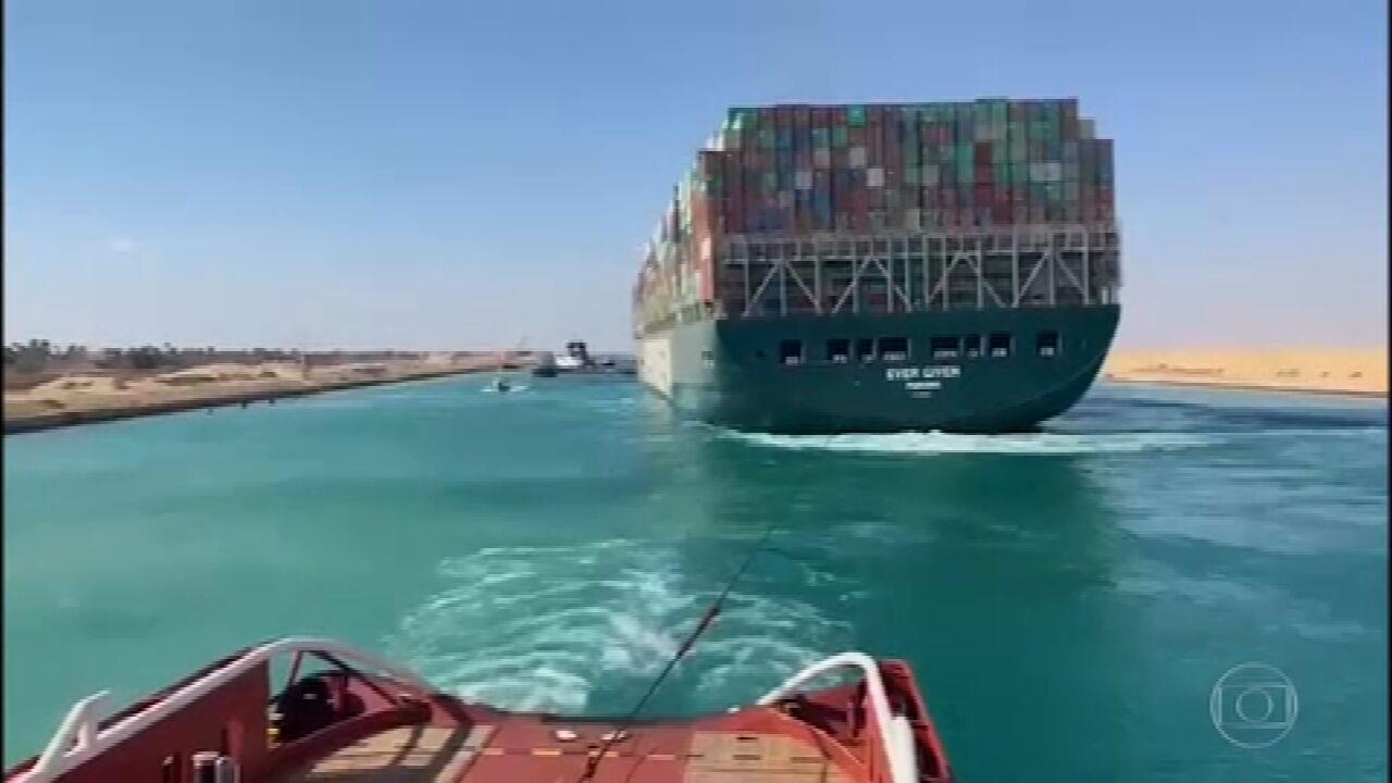Navegação é retomada no Canal de Suez após navio desencalhar