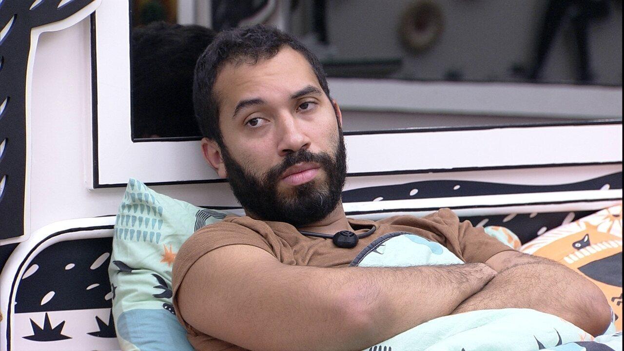 Gilberto se preocupa com Sarah em noite de Eliminação, e Juliette diz: 'Não é culpa sua'