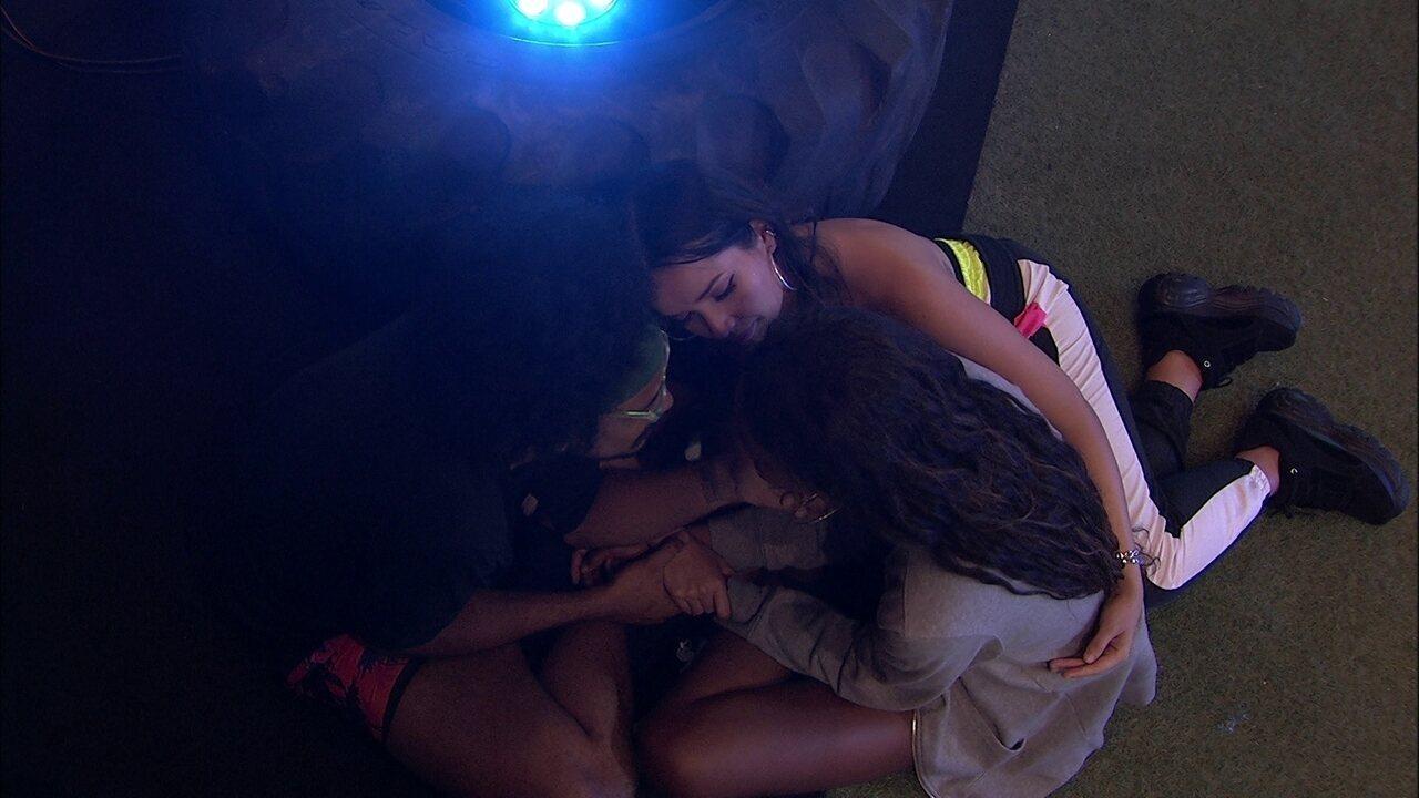 Camilla de Lucas chora em festa do BBB21 e João Luiz a consola: 'A gente te ama'