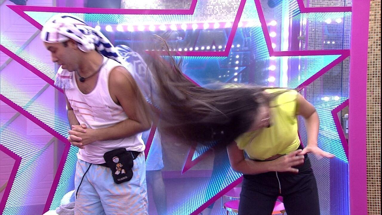 Juliette ensina Gilberto a bater cabelo no BBB21 e incentiva brother: 'Ia ser bonito fazer