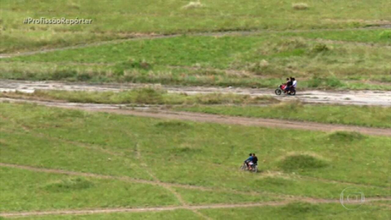 Trilhas clandestinas são usadas por venezuelanos para atravessar fronteira com o Brasil